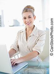 kobieta interesu, laptop, młody, zadowolenie, używając, blondynka