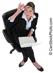 kobieta interesu, laptop, potężny, posiedzenie