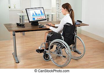 kobieta interesu, na, wheelchair, analizując, wykres