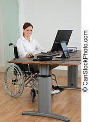 kobieta interesu, na, wheelchair, znowu, pracujący na komputerze
