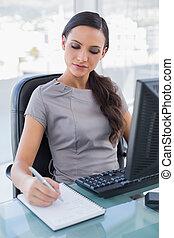 kobieta interesu, notatki, wpływy, skoncentrowany