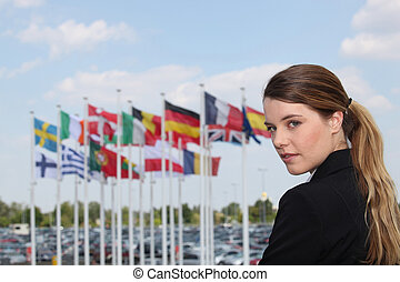 kobieta interesu, obok, bandery
