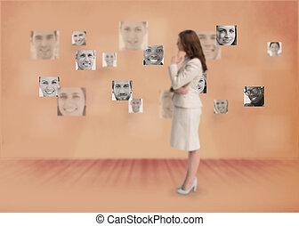 kobieta interesu, patrząc, cyfrowy
