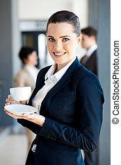 kobieta interesu, pijąca kawa