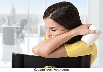kobieta interesu, posiedzenie w krześle, spanie