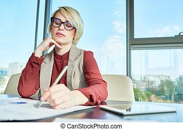 kobieta interesu, praca, ogniskowany, ładny