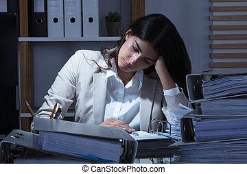 kobieta interesu, pracujący, biuro, z, stóg falcowników, na kasetce