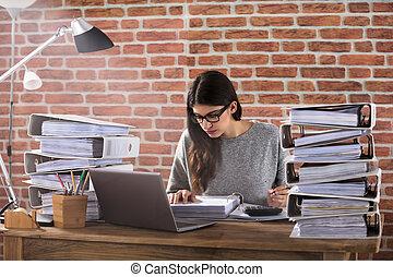 kobieta interesu, pracujący, biuro