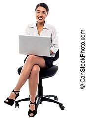 kobieta interesu, pracujący dalejże, laptop