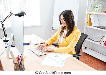 kobieta interesu, pracujący na komputerze, w, biuro