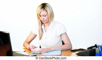 kobieta interesu, pracujący, w, biuro, długość mierzona w...