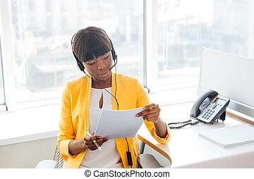 kobieta interesu, pracujący, w, nazywać środek