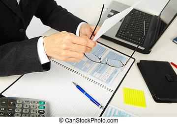 kobieta interesu, pracujący, z, dokumenty