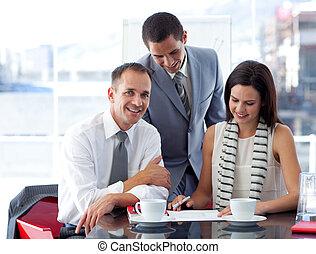 kobieta interesu, pracujący, z, koledzy