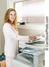 kobieta interesu, robić fotokopię, biuro, używając