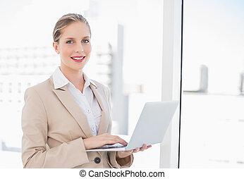 kobieta interesu, uśmiechanie się, blondynka, laptop, używając