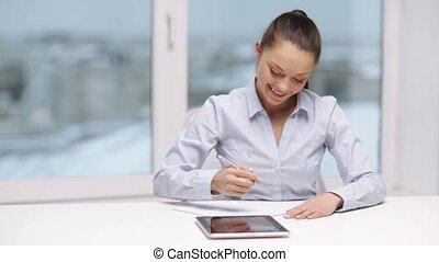 kobieta interesu, uśmiechanie się, tabliczka, biuro, pc