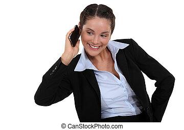 kobieta interesu, uśmiechanie się, używając, cellphone