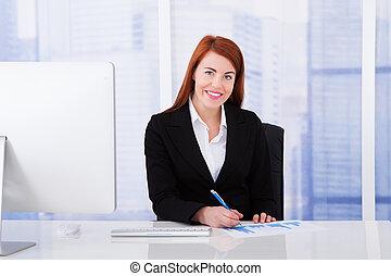 kobieta interesu, używając komputer, w, biuro