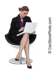kobieta interesu, używając, niejaki, laptop, w, niejaki, krzesło