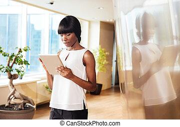 kobieta interesu, używając, tabliczka, komputer, w, biuro