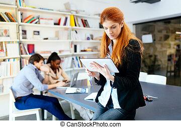 kobieta interesu, w, nowoczesny, biuro