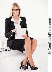 kobieta interesu, z, cyfrowy, tablet., zaufany, dojrzały, kobieta interesu, posiedzenie, na, przedimek określony przed rzeczownikami, schody, i, pracujący dalejże, palcowa pastylka