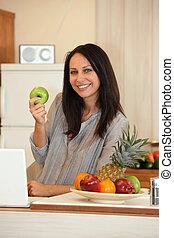 kobieta, jabłko, kuchnia