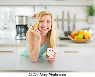 kobieta jedzenie, młody, jogurt, kuchnia, szczęśliwy