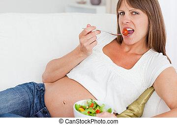 kobieta jedzenie, sałata, brzemienny, do góry szczelnie, szczęśliwy