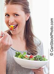 kobieta jedzenie, sałata, do góry szczelnie, uśmiechanie się