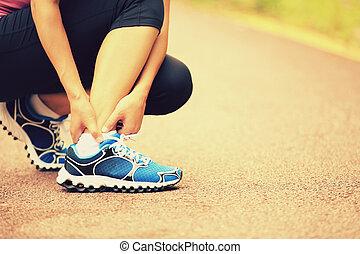 kobieta, jej, biegacz, kręcił, kostka, utrzymywać