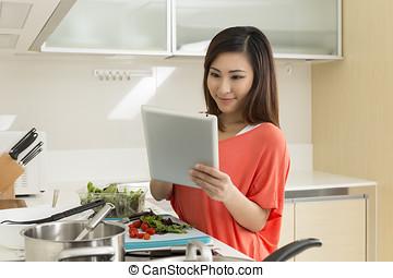 kobieta, jej, chińczyk, tablet., recepta, młody, kuchnia, jadło., dwudziestki, asian, cyfrowy, czytanie, przygotowując