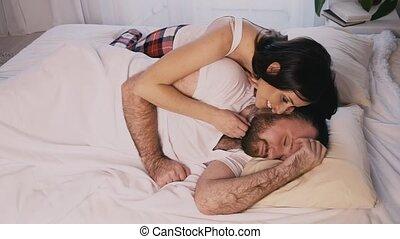 kobieta, jej, do góry, rano, woke, sypialnia, mąż