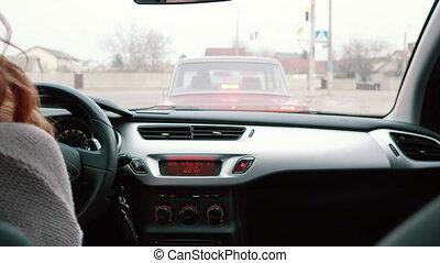 kobieta, jej, kierowca, młody, wóz, tylny prospekt
