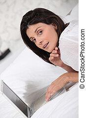 kobieta, jej, laptop, łóżko, komputer, używając