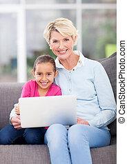 kobieta, jej, laptop, wnuczka, używając, senior