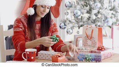 kobieta, jej, młody, dary, dekorowanie, boże narodzenie