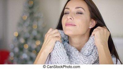 kobieta, jej, młody, hołubiąc, marzycielski, szalik