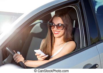 kobieta, jej, napędowy, wóz, młody, telefon, znowu, używając, uśmiechanie się
