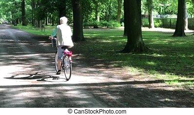 kobieta, jej, park, rower jeżdżenie, senior