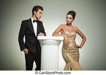 kobieta, jej, smoking, patrząc, elegancki, przedstawianie, sexy, człowiek