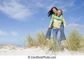 kobieta, jej, udzielanie, jazda, młody, piggyback, piasek, pagórek, przyjaciel