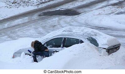 kobieta, jej, wóz, kopać, śnieg, próba, burza, po, poza