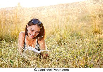 kobieta, kłamstwa, na, trawa, i, czyta, książka