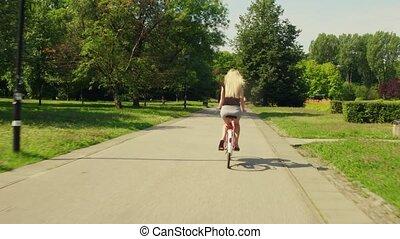 kobieta kolarstwo, nieznany, park, blondynka, wzdłuż, droga