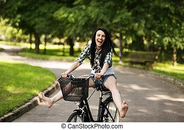 kobieta kolarstwo, park, młody, przez, szczęśliwy