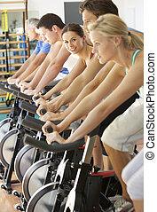 kobieta kolarstwo, w, przędzenie, klasa, w, sala gimnastyczna