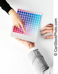 kobieta, kolor, górny, wybierając, tabela, prospekt