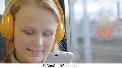 kobieta, komórka, pociąg, muzykować słuchanie, używając